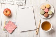 Bureau avec le thé et les macarons photos libres de droits