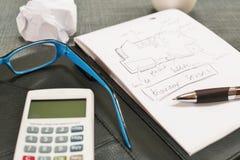 Bureau avec les verres, le bloc-notes et le café d'une calculatrice photographie stock libre de droits