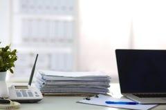 Bureau avec un ordinateur et une pile de papiers Image libre de droits