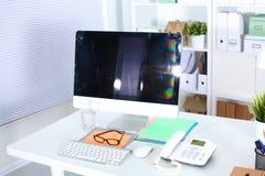 Bureau avec un ordinateur et une pile de papiers Photographie stock libre de droits