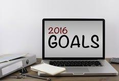Bureau avec un ordinateur portable 2016 buts - résolution de nouvelle année concentrée Photos stock