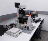 Bureau avec une station de pointe de microscopie, microscope de fluorescence, dans le laboratoire photographie stock libre de droits
