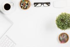 Bureau blanc avec des articles Photos stock