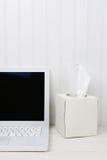 Bureau blanc avec la boîte blanche de tissu Photographie stock