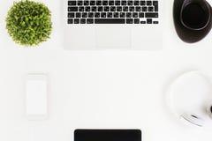 Bureau blanc avec la technologie images stock