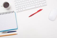 Bureau blanc avec le crayon et le trombone de note de bloc Image libre de droits