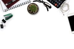 Bureau blanc avec le smartphone avec l'écran noir, calculatrice, Photo libre de droits