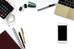 Bureau blanc avec le smartphone avec l'écran noir, stylo, notepa Image libre de droits