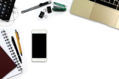 Bureau blanc avec le smartphone avec l'écran noir, stylo, notepa Images stock