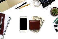Bureau blanc avec le smartphone avec l'écran noir, stylo, ordinateur portable Photos libres de droits