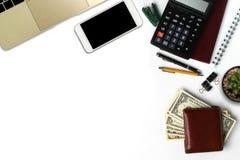 Bureau blanc avec le smartphone avec l'écran noir, stylo, ordinateur portable Photo libre de droits