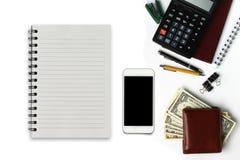 Bureau blanc avec le smartphone avec l'écran noir, stylo, portefeuille Photo libre de droits