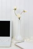 Bureau blanc avec les fleurs blanches Photographie stock libre de droits
