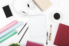 Bureau blanc créatif avec le téléphone portable vide Image libre de droits
