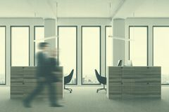 Bureau blanc de l'espace ouvert, tache floue latérale Photos stock