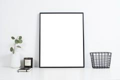 Bureau blanc intérieur, l'espace élégant de table de travail avec l'artw d'affiche Photos stock
