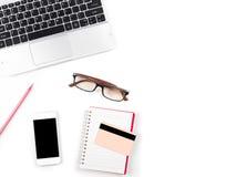 Bureau blanc minimal et moderne avec l'ordinateur portable et les verres et Photographie stock