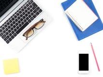 Bureau blanc minimal et moderne avec l'ordinateur portable et les verres et Images libres de droits