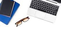Bureau blanc minimal et moderne de bureau et de table avec l'ordinateur portable et le g Photos stock