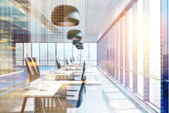Bureau bleu avec les lampes rondes noires, tables modifiées la tonalité Photos libres de droits