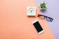 Bureau boven mobiele telefoon en klok Royalty-vrije Stock Fotografie