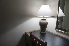 Bureau brun de chambre d'hôtel et blanc en bois et lampe classique images libres de droits