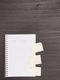 Bureau, carnet de notes à spirale, numéroté notes collantes sur le côté image libre de droits