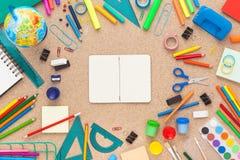 Bureau coloré avec des fournitures scolaires Vue supérieure Image stock