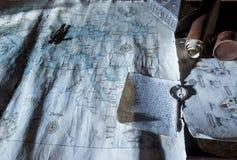 Bureau complètement de vieux cartes et objets d'antiquités Photos libres de droits