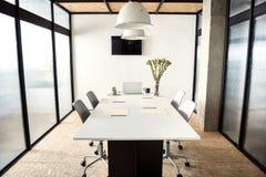 Bureau confortable meublé pour des négociations image libre de droits