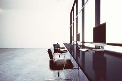 Bureau coworking moderne de photo au centre d'affaires avec les fenêtres panoramiques Ordinateurs génériques de conception et bla Photo libre de droits