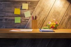 Bureau créatif avec des articles de papeterie Photo stock
