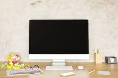 Bureau créatif avec le moniteur d'ordinateur Photos stock