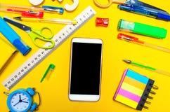 Bureau créatif d'école avec des accessoires papeterie Téléphone avec Image libre de droits