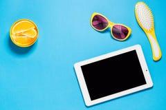 Bureau créatif d'espace de travail avec la Tablette blanche, brosse à cheveux jaune, lunettes de soleil jaunes avec la lentille p Image stock