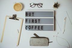 Bureau créatif mais premier espace de travail de café avec le presse-papiers, stylo, MU Image stock