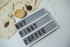 Bureau créatif mais premier espace de travail de café avec le presse-papiers, stylo, MU Images stock