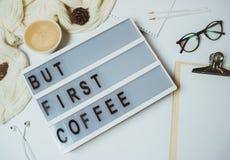 Bureau créatif mais premier espace de travail de café avec le presse-papiers, stylo, MU Image libre de droits