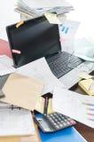 Bureau désordonné et encombré images stock