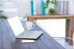 Bureau d'affaires avec l'ordinateur portable et le smartphone Photographie stock libre de droits