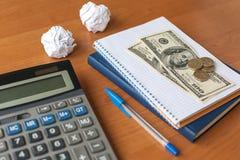 Bureau d'affaires avec la calculatrice, carnet, argent Images stock