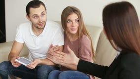 Bureau d'architecte de visite de jeunes couples heureux clips vidéos