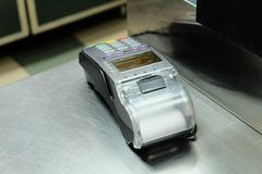 Bureau d'argent liquide vide avec le terminal dans le supermarché, beaucoup de copyspace Photo stock