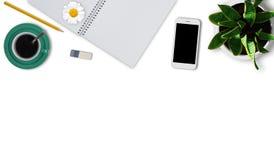 Bureau d'artiste avec le carnet avec les pages vides, le crayon, le caoutchouc, le téléphone intelligent, la tasse de café et le  Photographie stock libre de droits