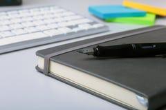 Bureau d'entreprise constituée en société avec l'ordinateur portable, le comprimé numérique, les accessoires et l'équipement de t image stock