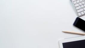 Bureau d'espace de travail avec l'ordinateur portable et le clavier Photographie stock libre de droits