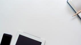 Bureau d'espace de travail avec l'ordinateur portable et le téléphone intelligent Photos libres de droits