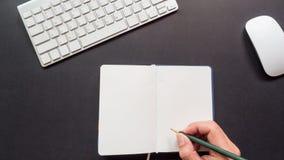 Bureau d'espace de travail avec la prise de clavier et de main Images stock