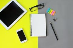 Bureau d'espace de travail avec la tablette, le carnet vide, le crayon, les verres d'oeil, la note de papier collante, l'agrafe e Image libre de droits