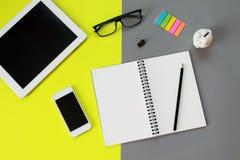 Bureau d'espace de travail avec la tablette, le carnet vide, le crayon, les verres d'oeil, le téléphone intelligent, l'agrafe, la Photo stock